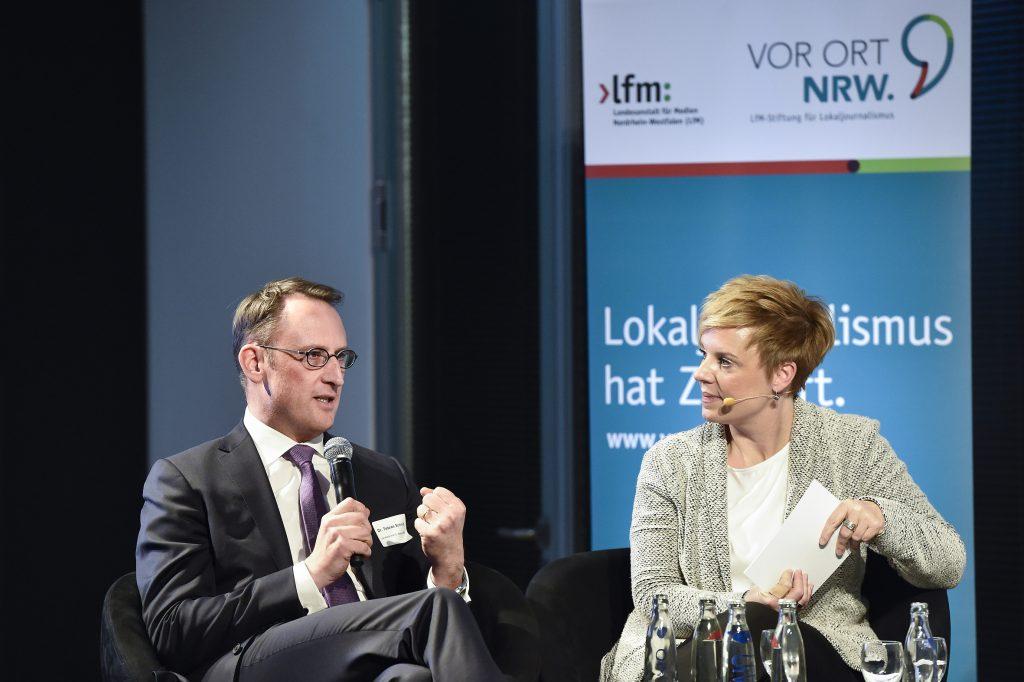 Dr. Tobias Schmid, Vor Ort NRW, im Gespräch mit Andrea Hansen auf dem 3. Regionaltag der LfM-Stiftung Vor Ort NRW im Lensing-Carrée am 24. Januar 2017