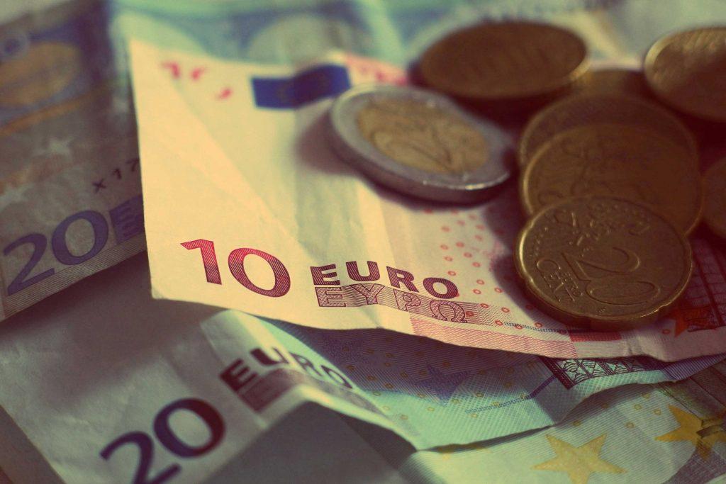 Euro-Scheine und Euro-Münzen