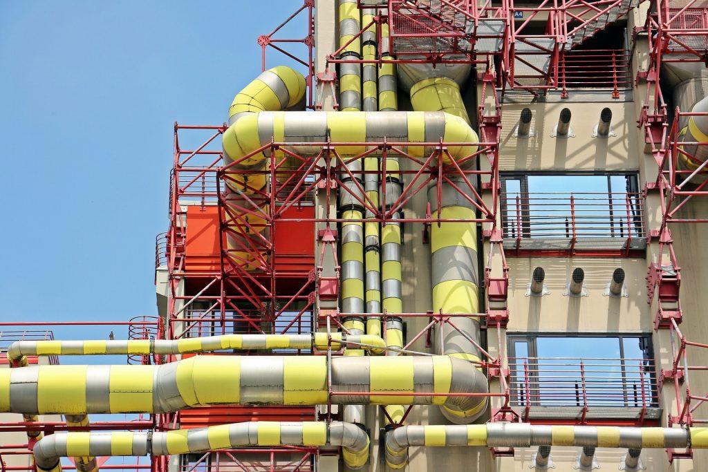 Fabrik, Außenrohre gelb-grau-gestreift, rote Außenleiter