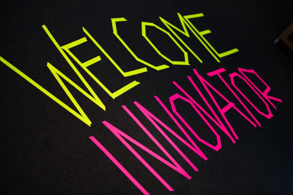 """Aufgeklebter Schriftzug """"Welcome Innovator""""."""