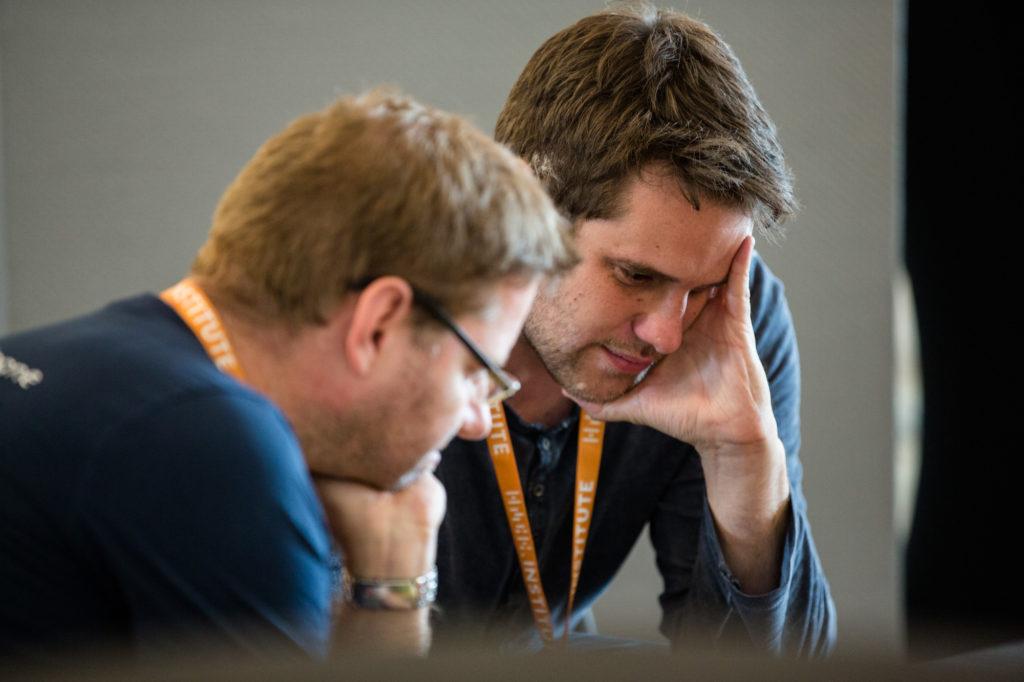 Teilnehmende des Hackathons denken über eine Lösung nach.