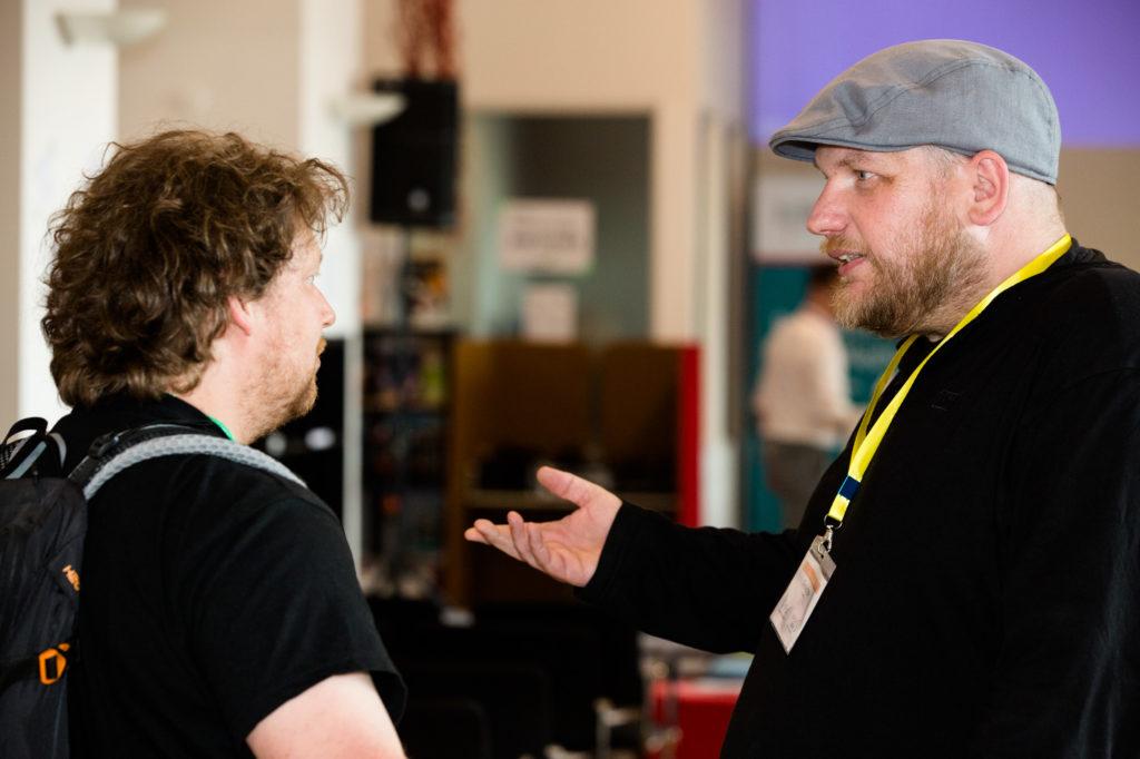 Teilnehmende des Hackathons diskutieren.