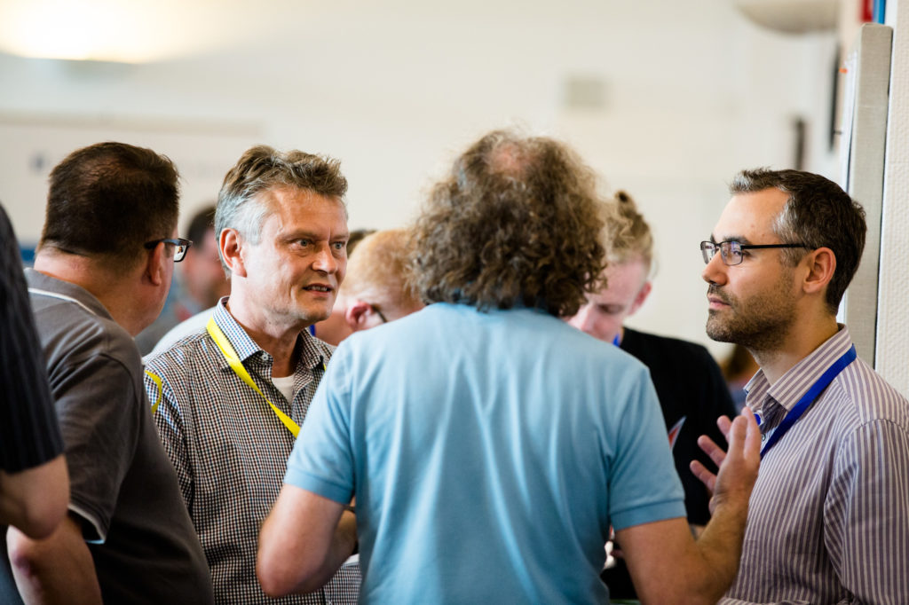 Teilnehmende des Hackathons diskutieren lebhaft.