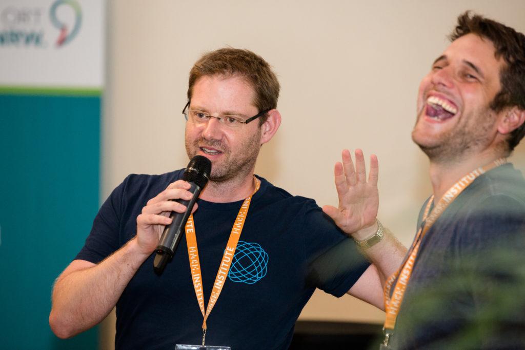 Ein Teilnehmer des Hackathons präsentiert etwas.