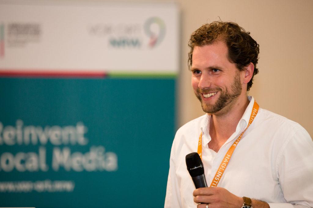 Ein Teilnehmer des Hackathons am Mikrofon.