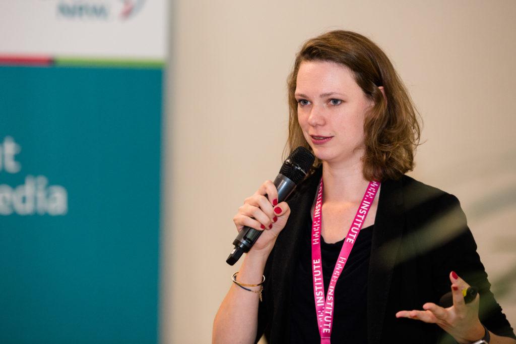 Eine Teilnehmermin des Hackathons am Mikrofon.
