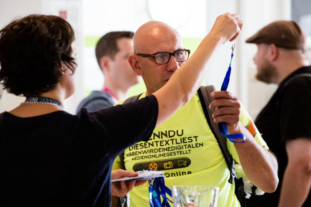 Teilnehmende des Hackathon 2018 erhalten die Materialien.