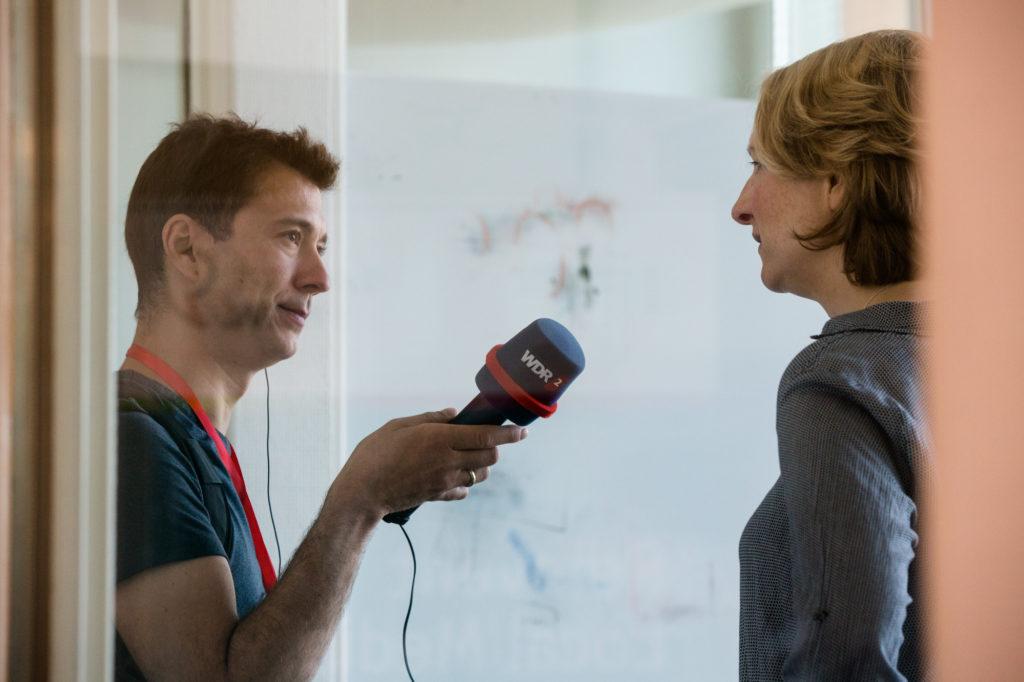 Simone Jost-Westendorf wird interviewt.