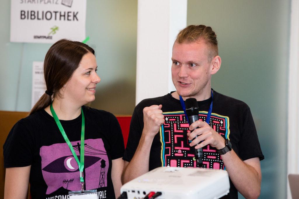 Teilnehmende des Hackathons unterhalten sich.