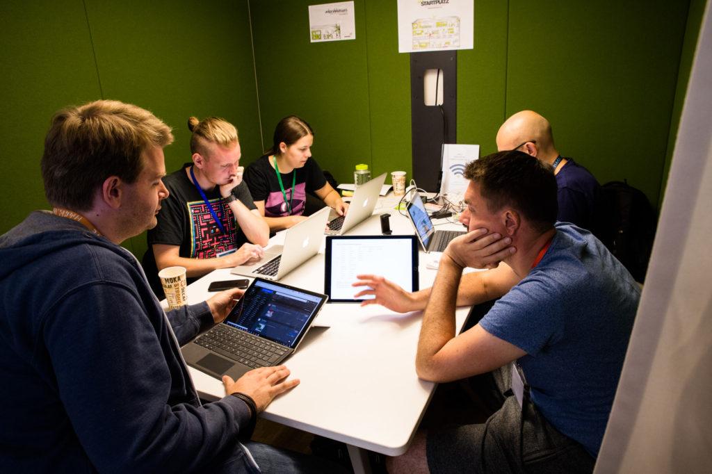 Teilnehmende des Hackathon 2018 arbeiten an ihren Ideen.