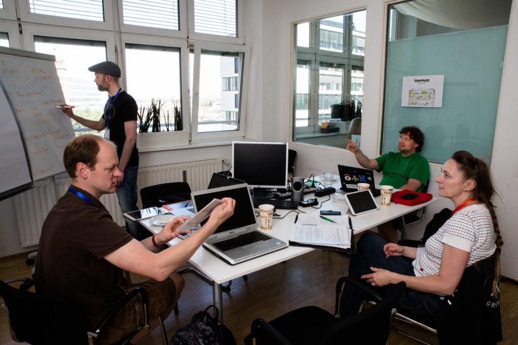 Teilnehmende des Hackathons arbeiten gemeinsam an ihrer Idee.