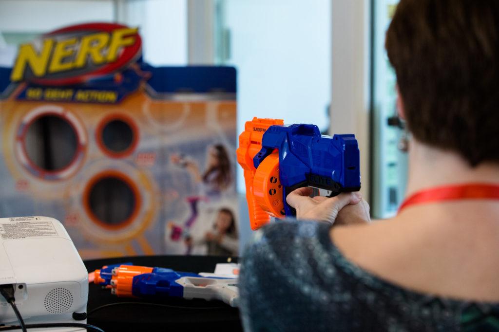 Eine Teilnehmerin probiert ein Nerf-Gun aus.