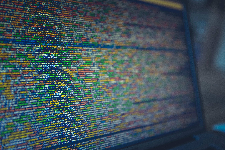 Auf einem Bildschirm sind viele Daten und Codes zu sehen.