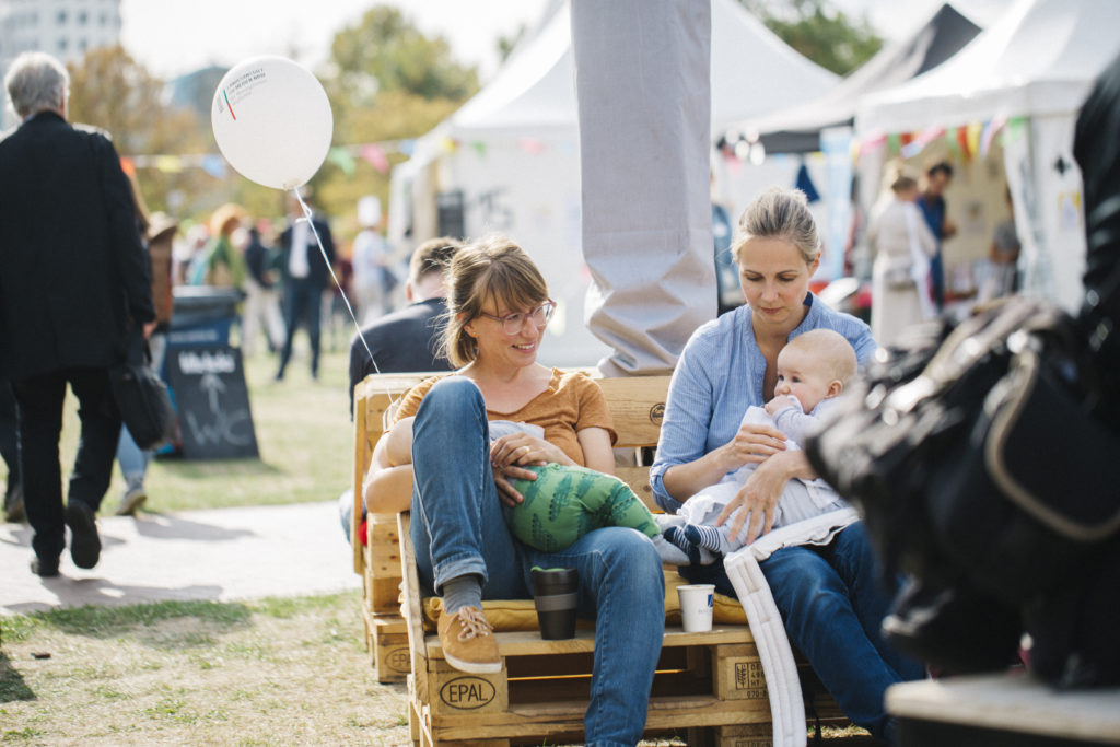 Zwei Teilnehmerinnen mit ihren Kindern.