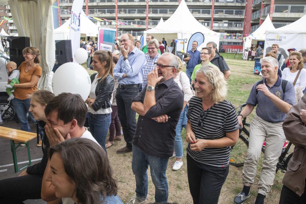 Teilnehmerinnen und Teilnehmer lauschen gespannt.