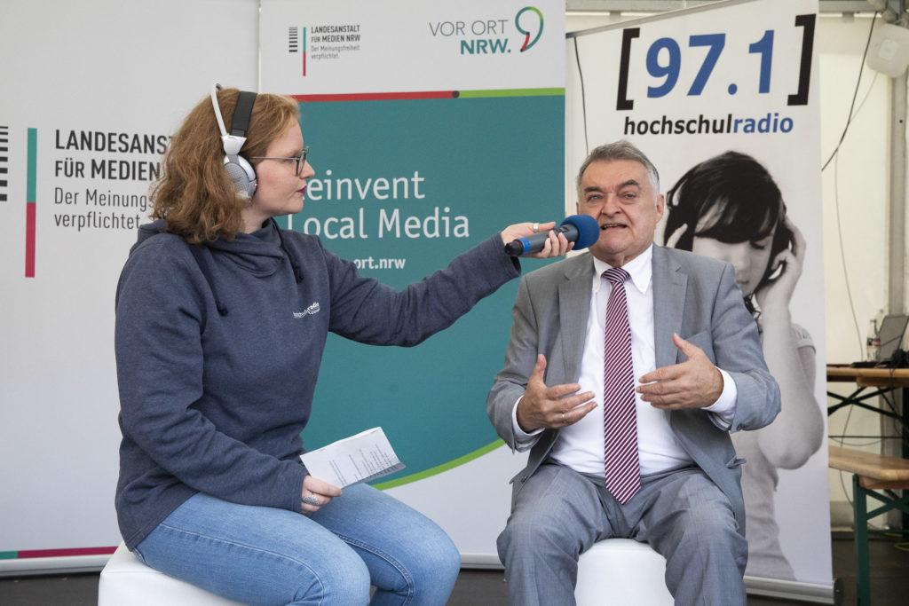 NRW-Innenminister Herbert Reul wird interviewt.