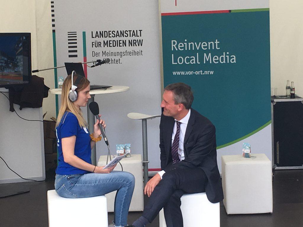 Oberbürgermeister Thomas Geisel wird interviewt.