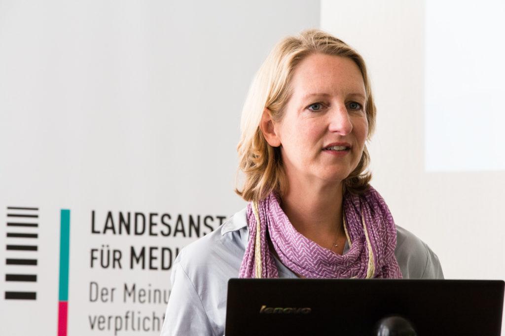 Simone Jost-Westendorf steht auf der Bühne.