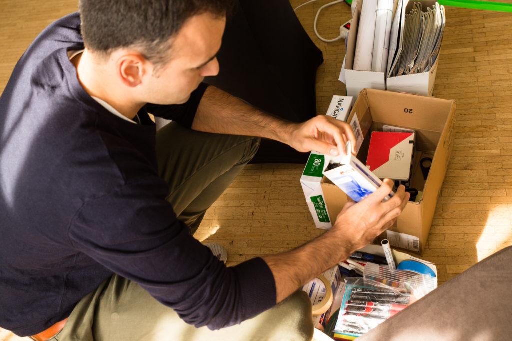 Teilnehmer der Startup-School nimmt sich einen Stift.