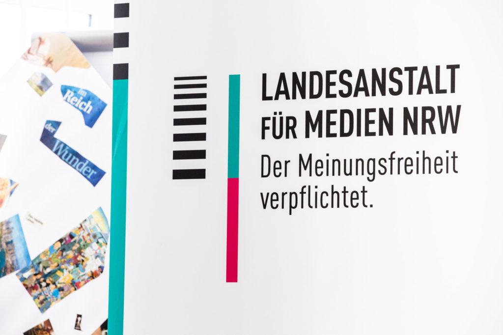 Roll-Up der Landesanstalt für Medien NRW.
