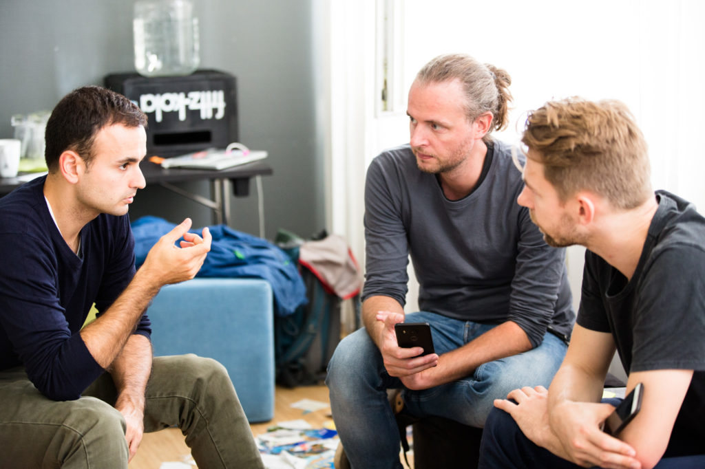 Teilnehmende der Startup-School unterhalten sich.