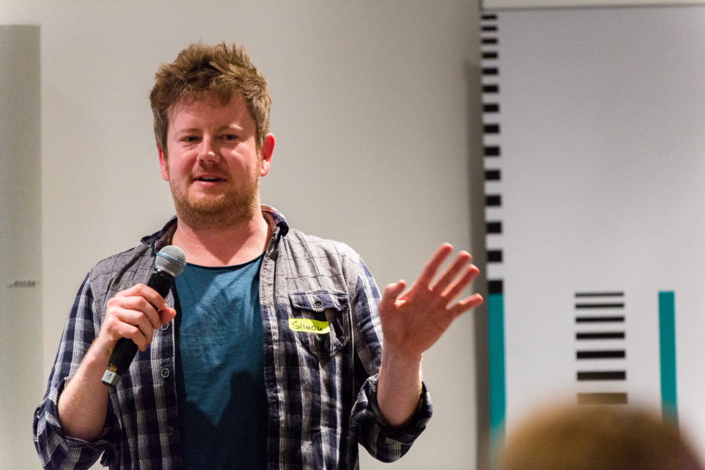 Simon Sturm am Mikrofon.