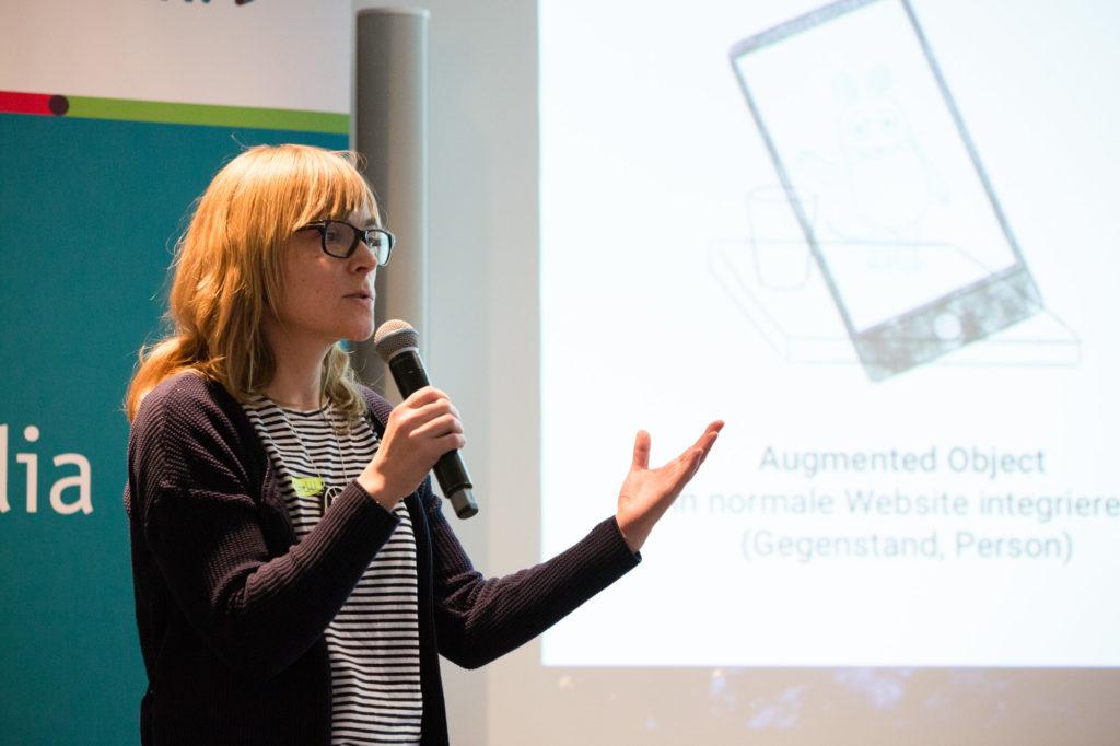 Steffi Krohmann am Mikrofon.