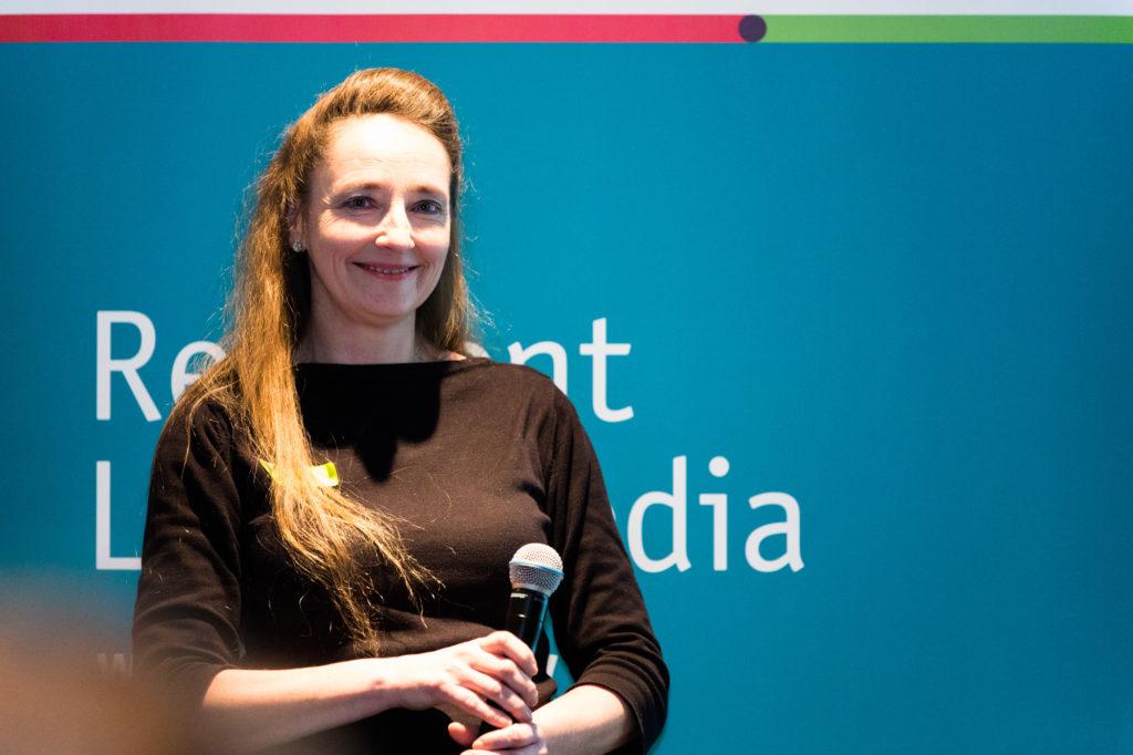 Lenka Milder am Mikrofon.