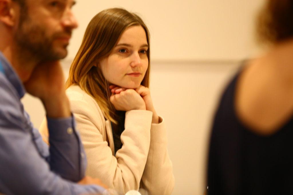 Teilnehmerin hört gespannt zu.