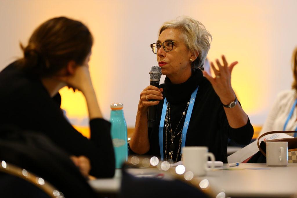 Eine Frau spricht in ein Mikrofon.