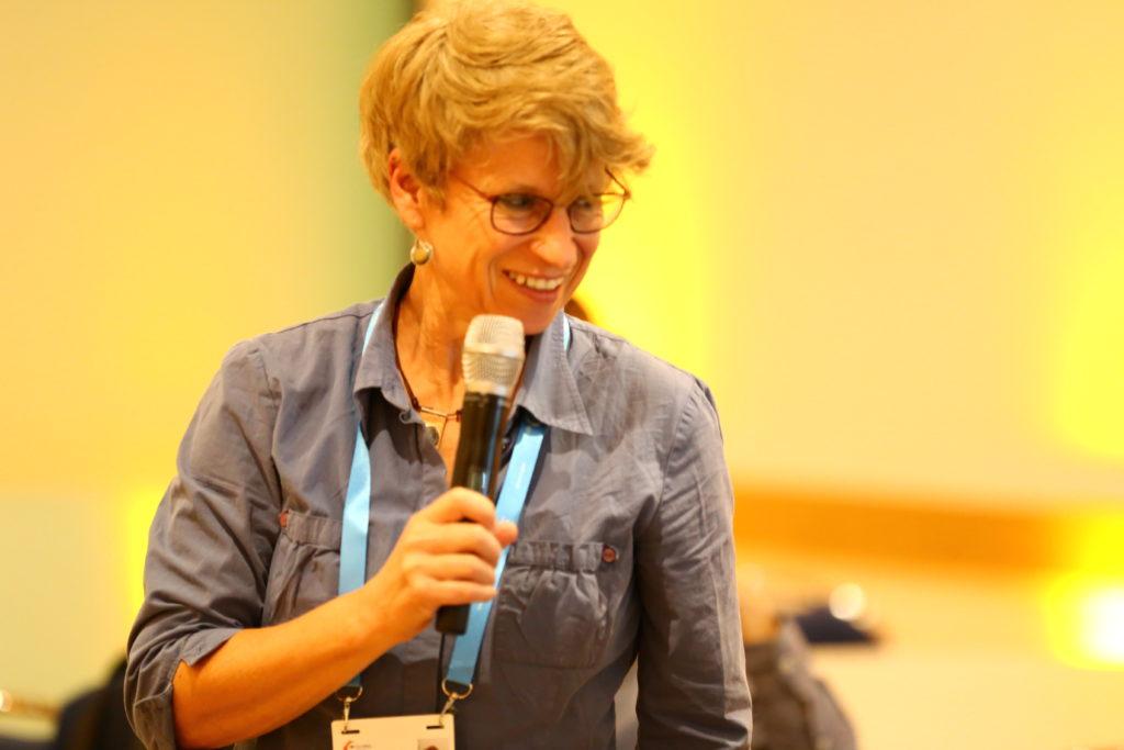 Ulrike Langer hält einen Vortrag.