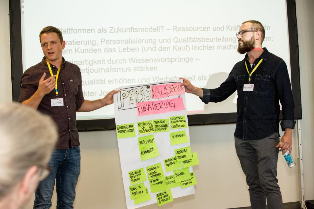 Teilnehmer des Zahltags präsentieren ihre Ergebnisse.
