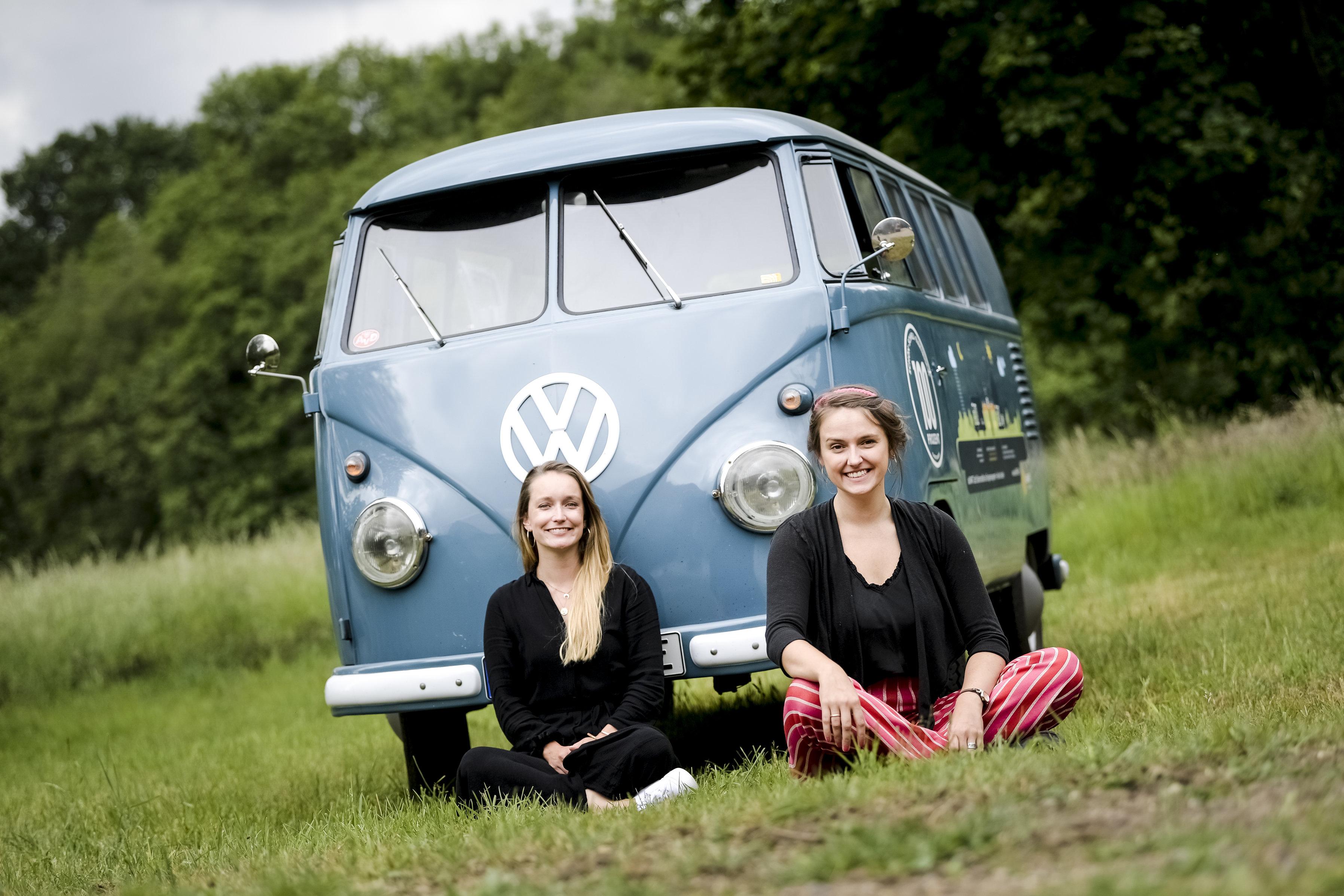 Foto von Maren Könemann und Marie Ludwig vor einem blauen VW-Bulli.