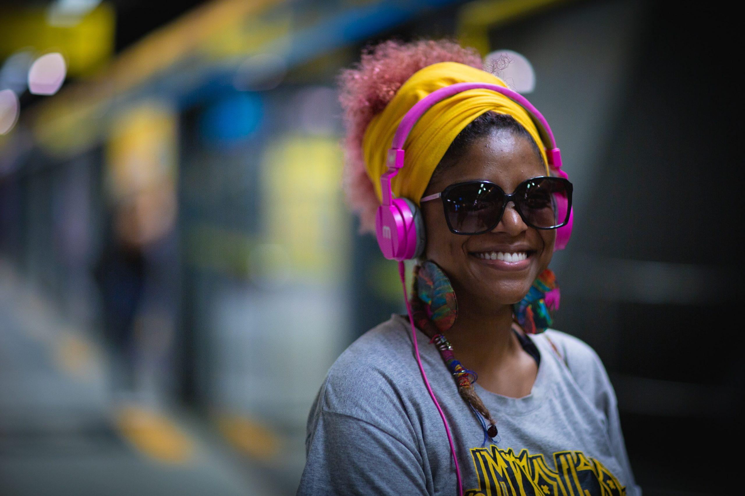 lachende Frau mit Kopfhörern